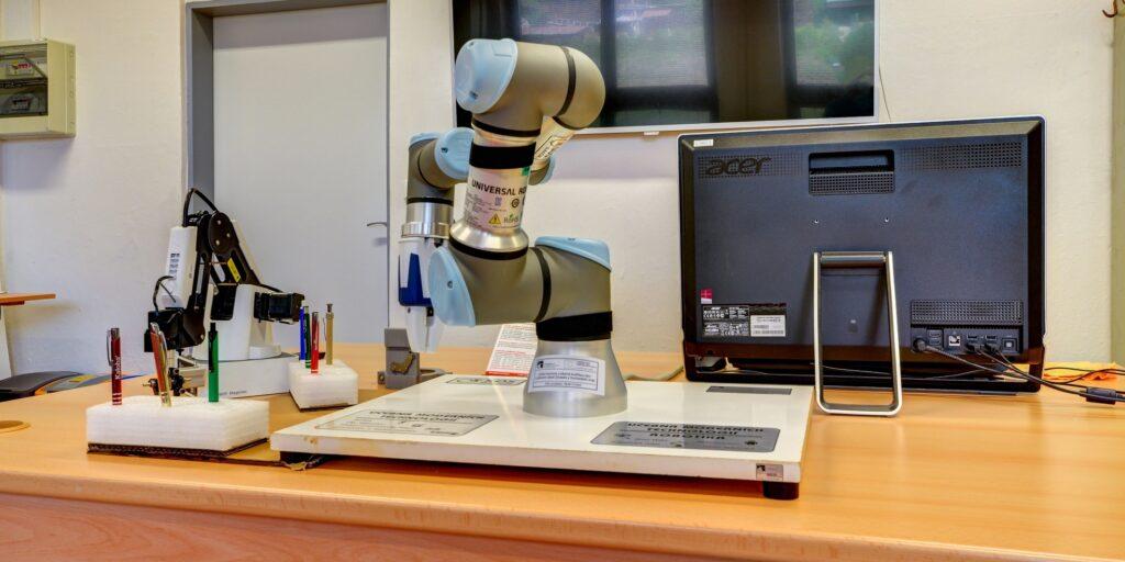 SOŠ - učebna odborných předmětů - robotická ruka